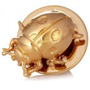 Pin con relieves 3D y acabado dorado